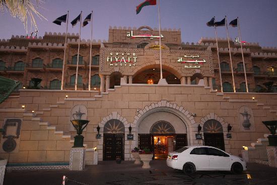 Grand Hyatt Muscat: Entrance by Night