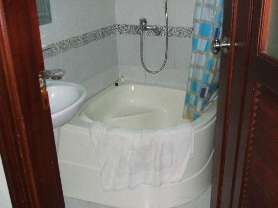 Hanoi Ciao Hotel: poor bathroom