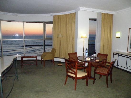 Leonardo Plaza Hotel Haifa: Sunset from the dinning corner