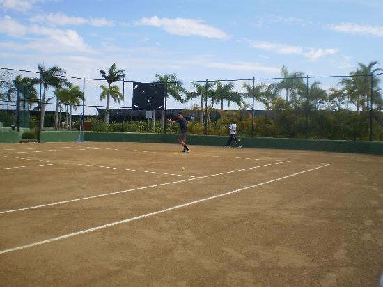 Secrets Royal Beach Punta Cana: Tennis courts