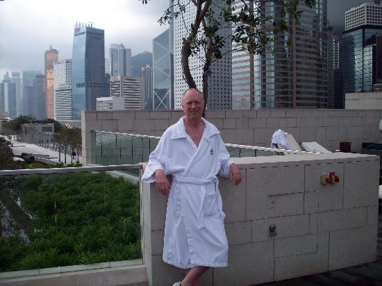 Four Seasons Hotel Hong Kong: sundeck with view of Kowloon
