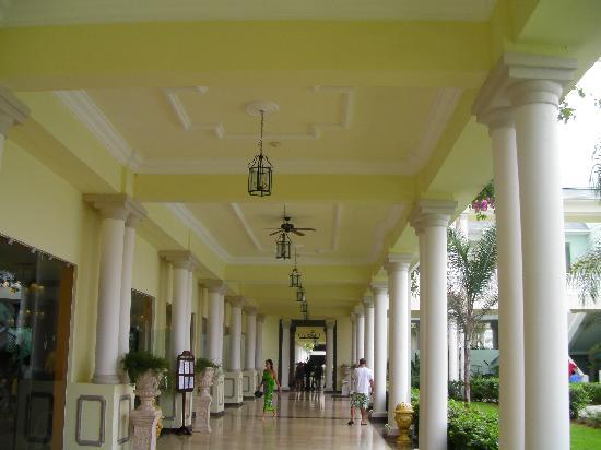 Grand Palladium Jamaica Resort & Spa: One of the enormous breezeways at the main building