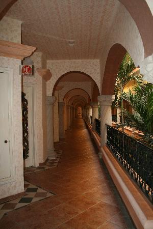 Panama Jack Resort: Beautiful hallways