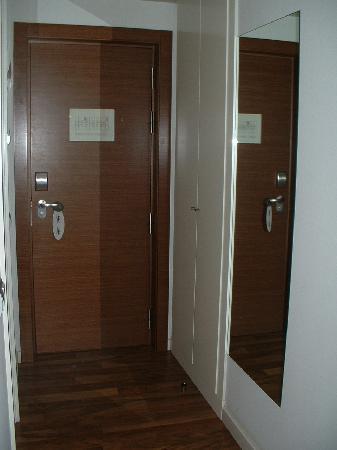 Hotel Tactica: Entrada habitación
