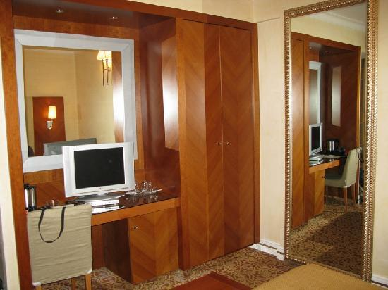 Hotel Opera Roma: View of the room