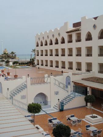 Hotel Mac Puerto Marina Benalmadena: les transats et le bar en bas