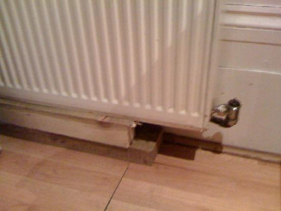 Hyde Park Suites Serviced Apartments: radiator held up only by planks of wood and thermostat missing
