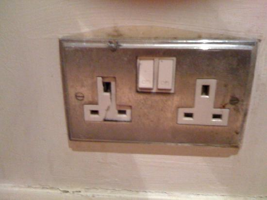 Hyde Park Suites Serviced Apartments: another dodgy socket
