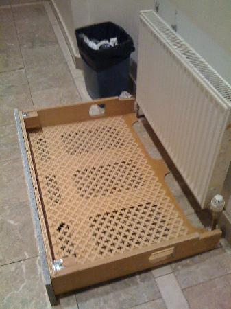Hyde Park Suites Serviced Apartments: radiator cover that fell off the wall