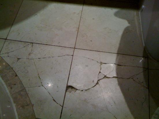 Hyde Park Suites Serviced Apartments: cracked tiles in second bathroom
