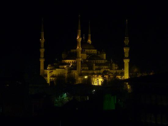 Adamar Hotel: Blue mosque from hotel roof terrace at night