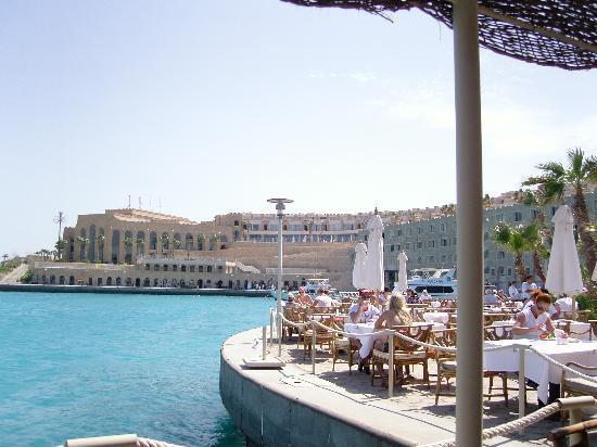 Albatros Citadel Resort - Sahl Hasheesh: repas du midi au pied de la citadelle