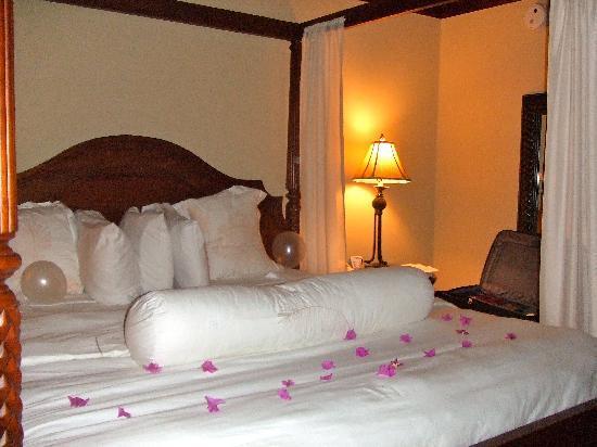 Sandals Grande St. Lucian Spa & Beach Resort: Turn down service