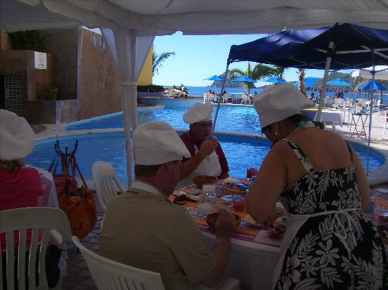 Salsa and Salsa Mazatlan: The beautiful setting by the pool