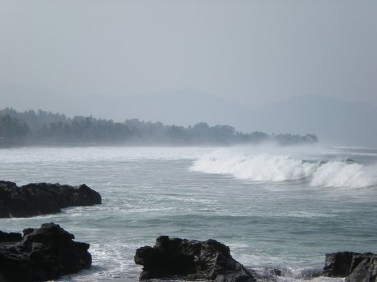 Pelabuhan Ratu, Индонезия: D waves @ Karang Hawu Beach.
