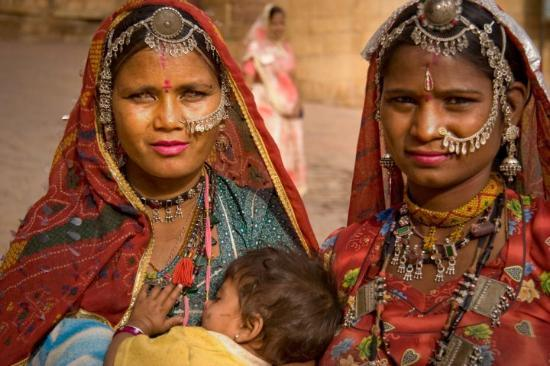The woman on the left captured my gaze with her radiant green eyes (Jaisalmer, Rajasthan)