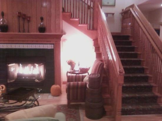 Country Inn & Suites by Radisson, Big Flats (Elmira), NY: the fireplace and the staircase
