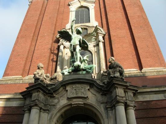Church of St. Michael: Miguel Arcángel - santo patrono de la iglesia - vela por la entrada principal. Se centra en aque