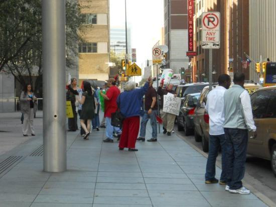 Dallas, TX: Διαδήλωση American style. Πού είναι οι κουκουλοφόροι, οεο? Είναι πολύ πίσω οι άνθρωποι.