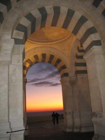 Basilique Notre Dame de la Garde: Notre Dame de la Garde au soleil couchant .... mystique !