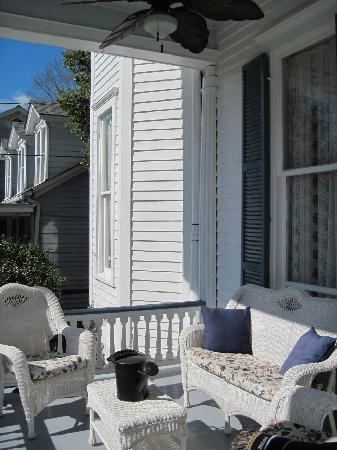 Bisland House Bed and Breakfast: Peaceful Front Porch