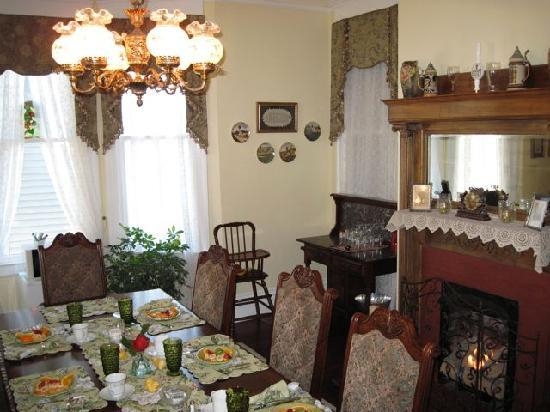 Bisland House Bed and Breakfast: The table was set for breakfast every morning with fresh fruit, a fire in the fireplace, and cla