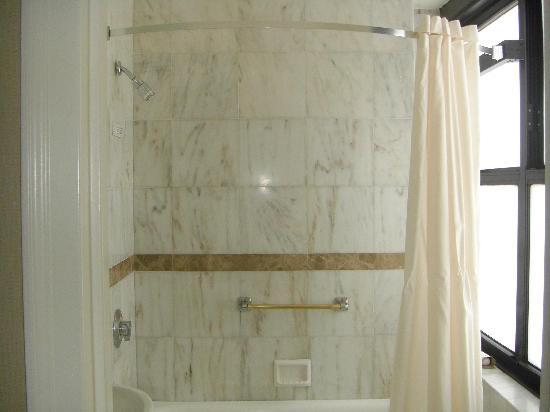 The New Yorker A Wyndham Hotel: View Room 40-09 bathroom