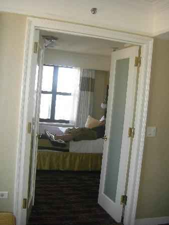 The New Yorker A Wyndham Hotel: View Room 40-09 Bedroom