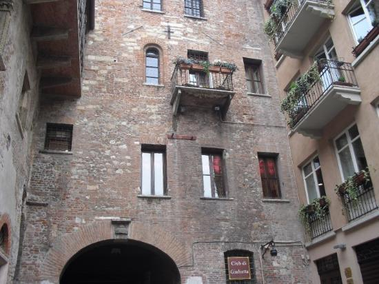 Verona, Italia: Juliet'in evi ve onun balkonu :)    ( Juliet's home and her balcony )