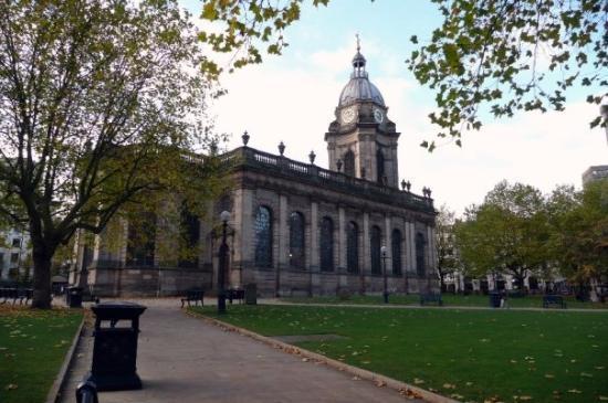 Birmingham, UK: Mitten in der Innenstadt gab es diesen kleinen Park mitsamt süßer Kirche!