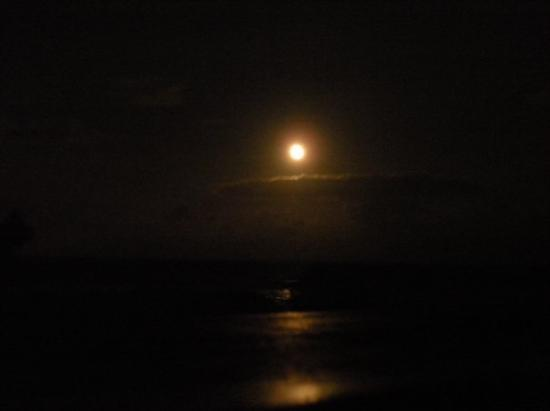Kailua-Kona, HI: The moon rising over the ocean.  LOVE this picture!
