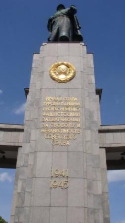 Soviet War Memorial: Tættere på, aner altså ikk hvad der står.