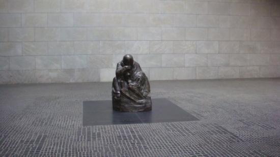 "Neue Wache. Skulpturen hedder ""Mutter mit totem Sohn"", af Käthe Kollwitz. Og står som mindesmær"