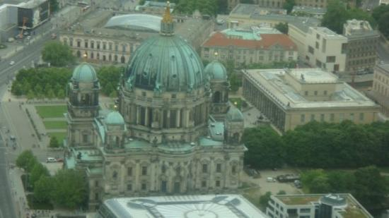 Berlin TV Tower: Fjernsynstårnet - udsigt. Berliner Dom(bagsiden) med parken bagved og museet til højre (det med