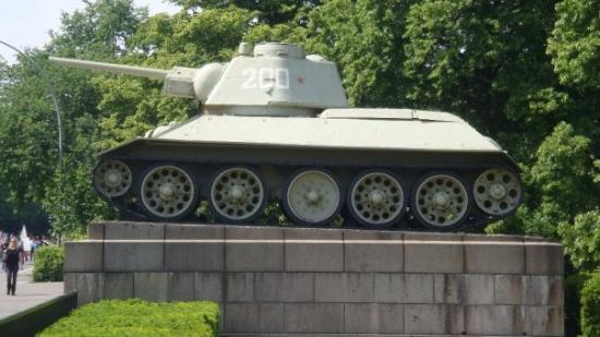 Soviet War Memorial: Tank! Russisk T-34, skulle jeg mene. Dot var ikke imponeret.. tsk tsk, kvinder.