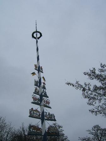 SANDEMANs NEW Europe - Munich: Maypole by the market