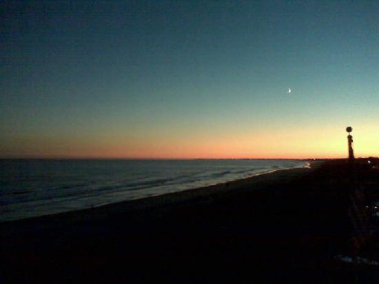 Isle of Palms, SC: Oooohhhh sunset and a moon! What more can a girl ask for!