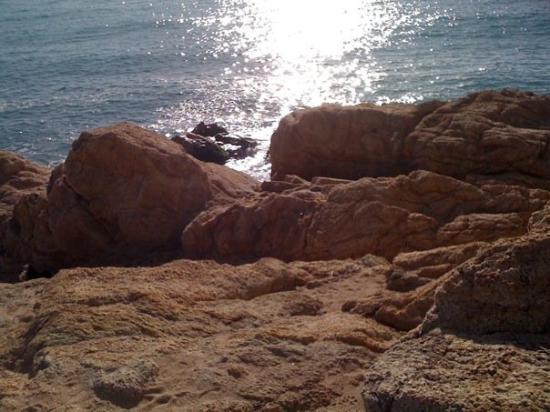 La platja de les roques a Calella