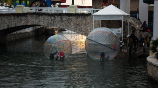La Isla Shopping Village: Awesome human-hamster balls to run on the river with