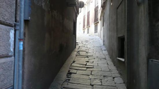 Genova, Italia: Une des très nombreuses ruelles de Gênes. Elles sont toutes incroyables.
