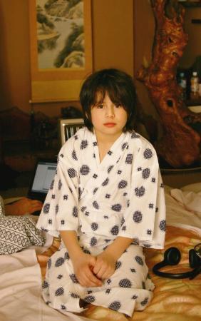 Homeikan: Leon iklädd yukata efter svagning.