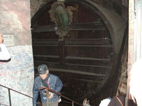 Heidelberg, Tyskland: 221,726 liters of wine... you could swim in it!