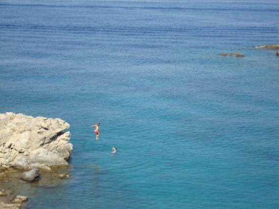Kefallinia, Hellas: Här stannade vi till då vi såg 2 killar som dök från en klippa.