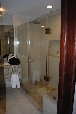 BlueBay Grand Esmeralda: bathroom