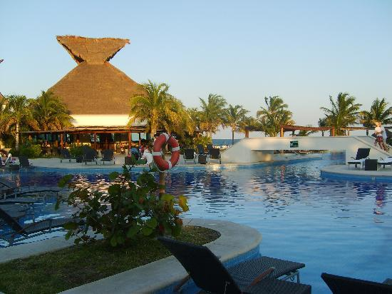 BlueBay Grand Esmeralda: pool and restaurant areaa