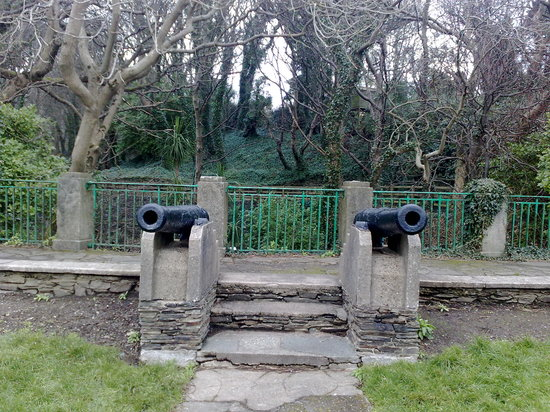 Douglas, UK: The two cannons at the glen