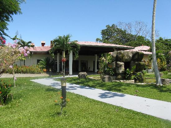 Crocodile Bay Resort: Outside of entrance area.