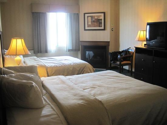 River Road Fireside Hotel: Room with 2 queen size beds