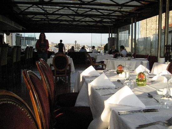 Anemon Galata: restaurant set up for dinner