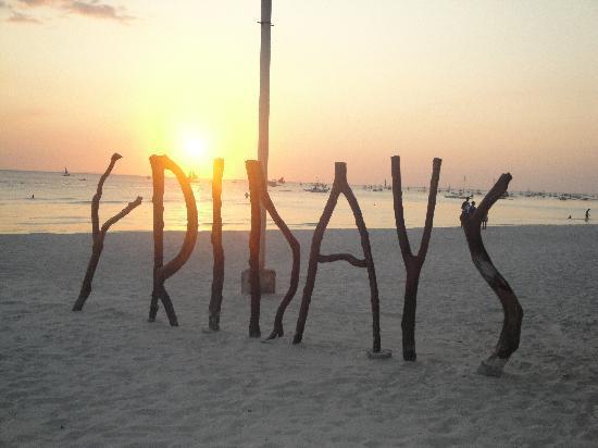 Fridays Boracay: Sunset on the beach on our last night